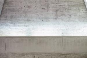 """<div class=""""10.6 Bildunterschrift"""">Eine goldglänzende Kupfer-Aluminium-Legierung kennzeichnet die neu hinzugekommenen Bauteile. Für hochwertige und ästhetisch ansprechende Betonflächen wurden Betone mit einer besonderen Zusammensetzung verwendet. Die vertikalen Fächen wurden in einem hellen C25/30 der Expositionsklasse XC4 und XF1 ausgeführt</div>"""