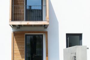 Dach und Anbauten wurden in Materialeinheit mit der Konstruktion mit Holzwerkstoffplatten, die Außenwand materialhomogen mineralisch gedämmt