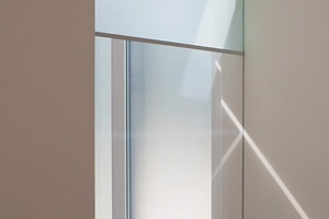 rechts: Smart Materials – eine elektronisch dimmbare Glaswand. Je nach Bedarf ist die Durchsicht vom Flur ins Wohnzimmer offen oder geschlossen<br />