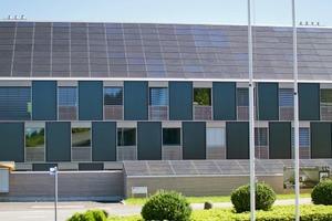 Das Solardach deckt den Strombedarf des Hauses im Jahresdurchschnitt vollständig ab. Insgesamt wurden 220 m<sup>2</sup> Photovoltaik installiert.<br />