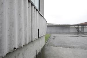 So kommt Vitra noch immer daher, hier allerdings im entlegenen Winkel des weitläufigen Geländes. Links Zementfaser, gewellt, geradeaus Zaha Hadid mit ihrem ersten gebauten Projekt weltweit (heute Ausstellungs- und Veranstaltungsraum)