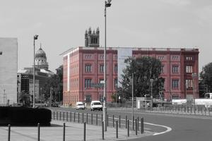 2006: Gegenüber dem Akademiefake, der auf dem Platz des 1995/96 abgerissenen Außenministeriums der DDR steht, steht noch der Palast der Republik