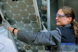 Alte Module werden in der Pilotanlage in Freiberg für den Recyclingprozess vorbereitet