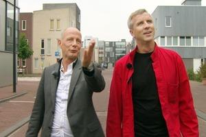 Ben van Berkel und Jakob Dunkl (v.l.) erkunden die Townhouses auf Steigereiland in Amsterdam