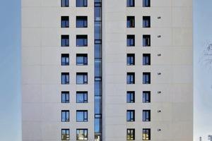 Vorder- wie Rückseite des Gebäudes wurden mit Betonfertigteilen verblendet. Die Sanierung erfolgte im bewohnten Zustand. Die ursprünglichen Fensterpositionen blieben erhalten