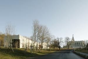 Ansicht Besucherzentrum bei Anfahrt. Rechts hinten der Herkules auf dem zurzeit sanierten Oktogon-Sockel
