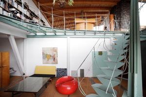 Atelier mit typischer Treppe und Geländer<br />