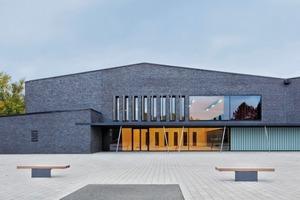 Für die Fassade wurde der Ziegel Pescara FKSG des Ziegelherstellers GIMA, Girnghuber GmbH verwendet. Der schwarz durchgefärbte Ziegel ist traditionell mit Kohle-Salzbrand-Technologie gefertigt und bezieht sich auf die regionale Backsteintradition