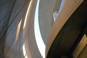 """""""Ich wollte ein monolithisches Bauwerk schaffen, das sich in seiner tektonischen Sprache nicht durch die Verschiedenheit von Materialien, sondern durch unterschiedliche, konstruktive Details artikuliert wird"""" (R.A.)"""