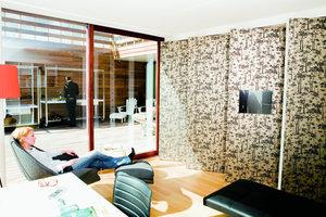 Die offenen Grundrisse lassen sich mit Hilfe von drehbaren Schiebe-Wandelementen in einzelne Bereiche unterteilen. Die Wandsegmente schaffen immer neue Räumeeindrücke