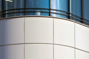 Die vorgehängte, hinterlüftete Fassade ist mit dem Material und der Unterkonstruktion einmalig in Deutschland