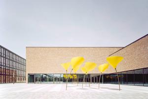 Die immer wiederkehrende Farbe Gelb: Auf dem Platz eingrahmt durch die Neubauten