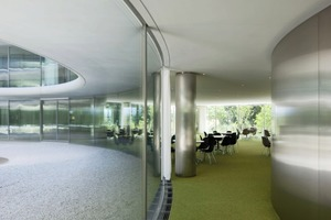 Die Fassade besteht aus 2,70 m hohen und 2,45 m breiten, gewölbten Glaselementen<br />