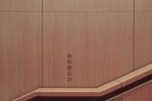 Auf der Treppe hinauf zum Allgemeinen Lesesaal. Das Holzfurnier aus verschieden gefärbten Pappelholzlagen (Alpi-Furnier).