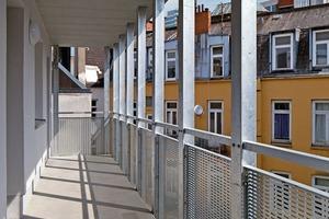 links:Die Erschließung der oberen Maisonettewohnungen erfolgt über einen Laubengang
