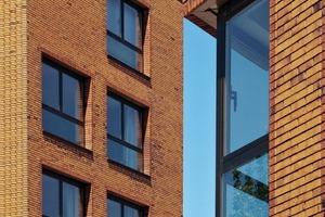 """<div class=""""10.6 Bildunterschrift"""">Das Gesicht der Gebäude prägt Hagemeister Klinker der Sortierung """"Gent"""" BU+FU in natürlich-warmen Braunnuancen, die vom dunklen Sandton bis zum rötlichen Bronzebraun mit schwarzen Kohlebrandpassagen changieren</div>"""