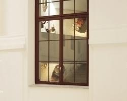Blick aus dem historischen Treppenhaus auf Teile der Ausstellung im Keil