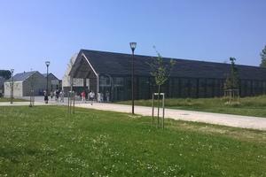 Das Besucherzentrum stammt von dem Architekten Luc Weizmann. Wie ein Fernrohr ist das Besucherzentrum auf den Berg ausgerichtet