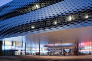 Die City Lounge. Hier werden Nutzungen wie Eventhalle, Restaurants, Shops, Ticket Corner, etc. angelagert. Es ist ein überdeckter öffentlicher Raum, den man mit einer Markt-oder Bahnhofshalle vergleichen könnte