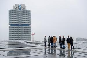 Doch auch das Gebäude der BMW-Welt wurde interessiert erkundet ...