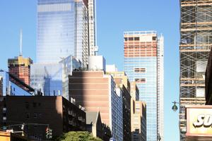 """Blick aus der 34th Street West westwärts auf die Hochhäuser der """"Hudson Yards"""" des 1. BA"""