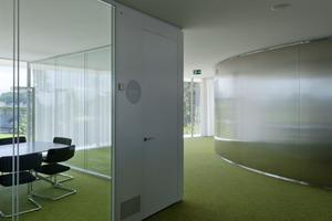 Es gibt weder Trennwände noch Jalousien, die die Transparenz von innen nach außen und im Gebäude stören<br />