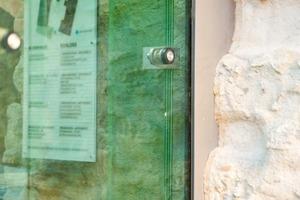 Im Detail die Punkthalterungen, die an der Fassade des Treppenturms zu finden sind, und an der Hülle des Foyers