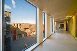 Durch die umlaufenden großzügig verglasten Erschließungsflure auf jeder Etage wird der Hof zum zentralen Element der Anlage<br />