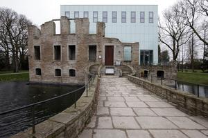 """Der """"Kubus"""" genannte Museumsbau aus vergangenen Tagen dient nun Veranstaltungen, einem Café und bietet weitere Räume"""