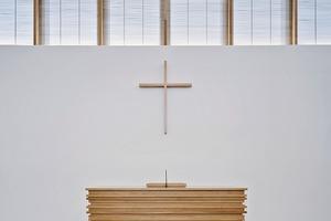 Das Zusammenspiel der gebürsteten Eiche und dem matten, weißen Beton lässt einen unaufgeregten, hellen Innenraum entstehen