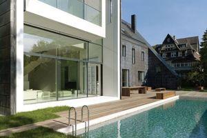 Der Pool mit Terrasse vor und zwischen den Annexen.