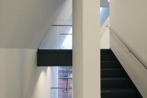 In dem Luftraum zum geschlossenen Sichtbetonvolumen sind die Treppenhäuser untergebracht
