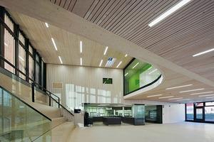 Der neu modellierte Platz erinnert mit seinen Sitzstufen an ein Amphitheater