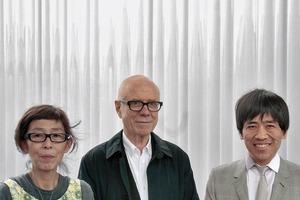 Der Bauherr (Rolf Fehlbaum, Mitte) mit seinen Architekten: Kazuyo Sejima (links) und Ruye Nishizawa