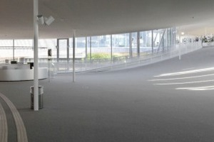 Im Inneren lassen die durch die Wellenform entstandenen Hügel,  Täler und Plateaus die Kanten des Gebäudes unsichtbar werden. Sanfte Steigungen und Terrassen ersetzen Stufen und Treppenhäuser<br />