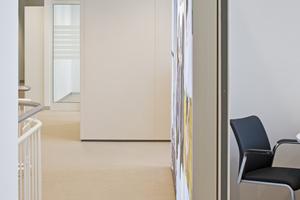 In Zone 3 der Sparda Bank finden Beratungen statt. Hier findet auch ein Materialwechsel statt: der Fußboden ist ab hier mit einem hochwertigen Webteppichboden von Carpet Concept ausgestattet. Die Kollektion Isy Rips Dune wirkt in dem warmen Sandton wie maßgeschneidert für diesen Bereich: schlichte Eleganz, die hier den Premium-Anspruch moderner Architektur unterstreicht und darüber hinaus die Raumakustik verbessert<br />