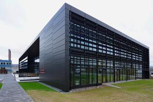Die Fassade des Energy Campus besteht aus 2mm dicken bandbeschichteten Vollaluminiumkassetten in Eloxaloptik. Die AlMg3-Legierung ermöglichte die Einsparung von einem Drittel der Materialmenge im Vergleich zu einem handelsüblichen Vollaluminium mit AlMg1-Legierung, ohne dass die Formate der Aluminiumkassetten verkleinert werden musstenNovelis Deutschland GmbH<br />novelis.com