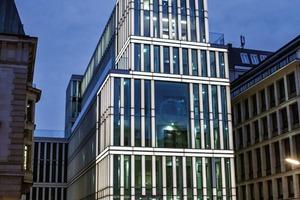 Aufbauend auf verschiedenen Aluminium-Sonderprofilen ist die Fassade des HKIC-Neubaus gegliedert. Die Lisenen aus speziell entwickeltem ESG-Glas, das geätzt und mit Siebdrucken versehen wurde, sind mit LEDs hinterleuchtet