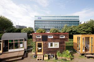 """Blick auf den Campus mit seinen Tiny Houses (v. l.): """"New Work Studio"""", """"Holly Foods House"""", """"Projektcafé Grundeinkommen"""" ..."""