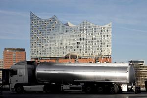 Die Elbphilharmonie über dem Industrie- und Gewerbeareal Steinwerders