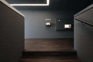 """Treppenanlage im """"Geldturm"""" mit Ausstellungsvitrinen und möglichen Richtungswechseln<br />"""
