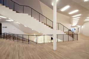 Eine wahre Treppen- und Foyerlandschaft umgibt die Außenschale des darin auf Federn gelagerten Großen Saals