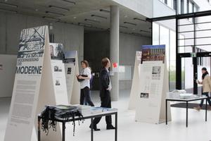 """Die begleitende Ausstellung """"Modernisierung der Moderne"""" stellt u.a. das Dreischeibenhaus vor und untersucht die Potentiale der Gebäude"""