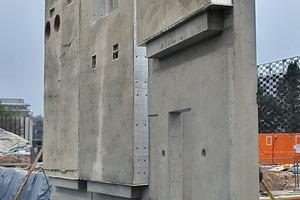 Die Außenwandplatten haben zentrisch in den Querschnitt eingelegte kapillarähnliche Rohrmatten zur thermischen Aktivierung
