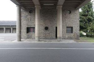 Ursprünlich ohne Säulen geplant: die Torzufahrt. Dem Führer war das zu schwach, die Stützen wurden montiert. Eine fehlt heute, steht vielleicht in Belgien?!
