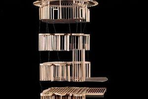 """Struckus House, Woodland Hills (Los Angeles), 1979–88, Modell um 1982  Architekt: Bruce Goff (1904–1982) Das Modell zeigt die unverhüllte Holzkonstruktion des Wohnhauses. Dessen Ausführung begann 1982 erst nach dem Tod des Architekten. Wahrscheinlich ließ der Bauherr das Modell zur Anschauung für die ausführenden Zimmerleute herstellen. Als Entwurfsmedium hatte Bruce Goff Modelle ausdrücklich abgelehnt und vor der irreführenden """"Modellitis"""" gewarnt."""