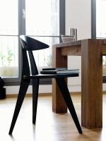 Der Dreibeiner überzeugt durch seine Form und die vielfältigen Sitzpositionen