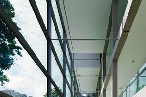 Die Schule öffnet sich nach Süd-Osten. Die Structural-GlazingFassade erhielt keinen künstlichen Sonnenschutz. Es wurden vor die Fassade 10 groß- kronige Spitzahorne gepflanzt<br />