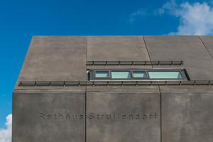 Das Dach besteht aus einer Stahlbeton-Dachdecke mit 42 Grad Neigung, die<br /> Untersicht in Sichtbeton SB 4 mit Umkehrdach aus bituminöser Abdichtung,<br /> Wärmedämmung, Luftschicht und Designbeton-Fertigteilen