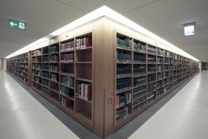 Die Regalwände, die den Allgemeinen Lesesaal einfassen.